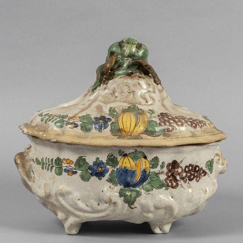 OGGETTISTICA Soupière en céramique polychrome, forme baroque, décor polychrome s…