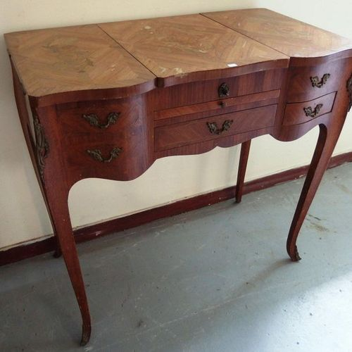 A Louis XV style dressing table in veneer wood.  H77 L78 P44  Small plating acci…