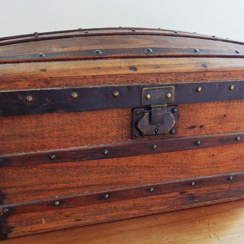 A little domed trunk.  Missing hinges.  H28 L50 P31