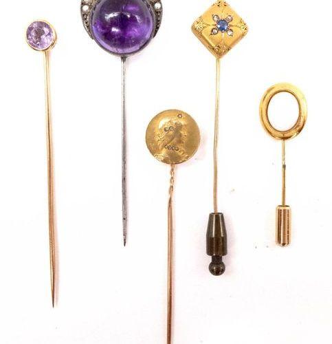 ENSEMBLE DE CINQ EPINGLES A CRAVATE en or jaune 18K et métal : une présentant un…