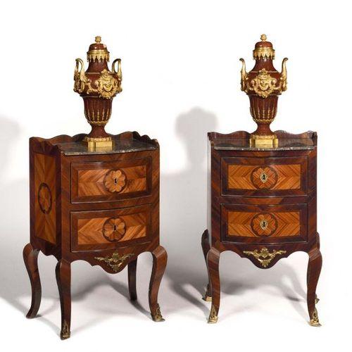 Paire de tables de chevet en bois de rose et bois de violette ouvrant à trois ti…
