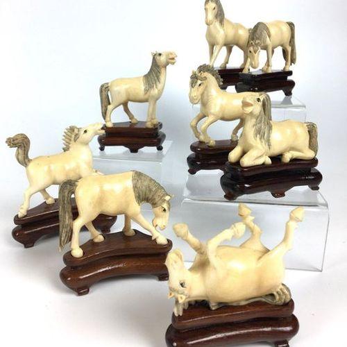 JAPON Huit chevaux du bonheur. Socles bois. (l'un recollé)