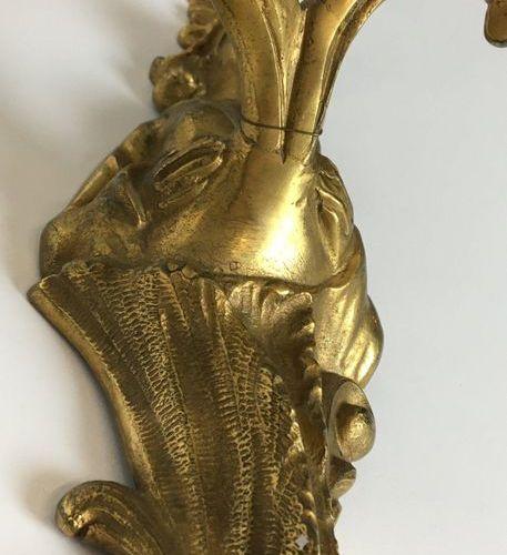 PAIRE D'APPLIQUES en bronze doré et ciselé à deux bras de lumière mouvementés à …
