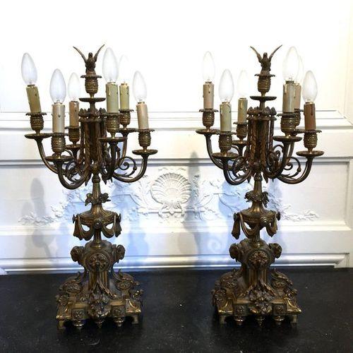 PAIRE DE CANDELABRES en bronze doré et ciselé à six bras de lumière mouvementés …