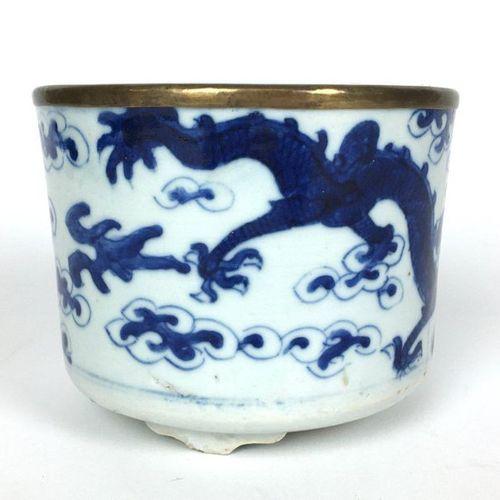 VIETNAM Pot circulaire en porcelaine reposant sur trois pieds décoré en bleu sou…