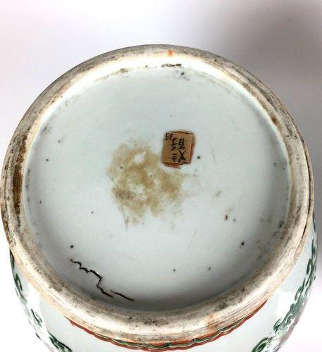 CHINE   Paire de potiches de forme balustre décorées en émaux Wucaï de fleurs d…