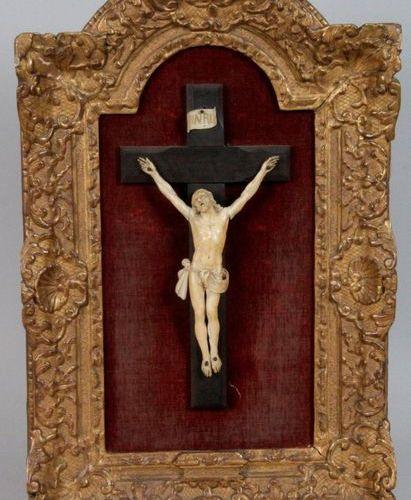 TABLEAU CRUCIFIX. Christ en ivoire sculpté avec son Titulus, XVIII siècle sur cr…