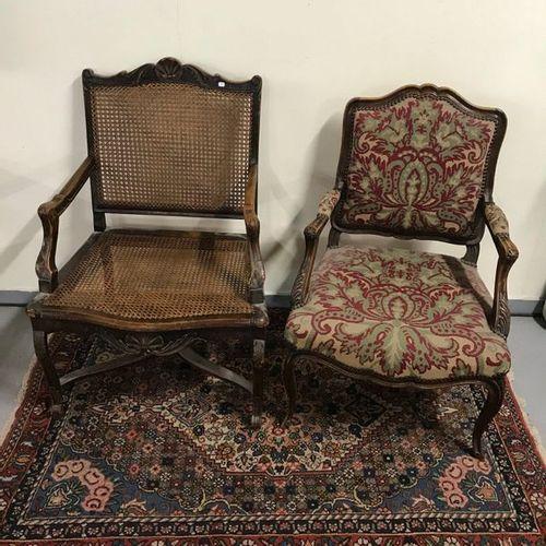 Lot comprenant un fauteuil canné de style Régence et un fauteuil de style Louis …