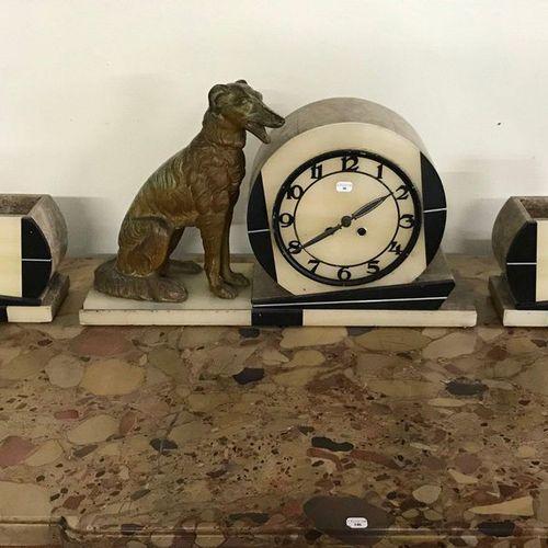 Garniture de cheminée de style Art Déco en marbre et onyx au chien en régule ave…