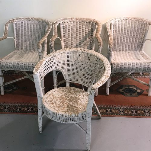 BANQUETTE straw 3 places  Broken crosspiece.  Four white lacquered rattan armcha…