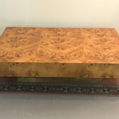 BASS TABLE in elm burr elm veneer on a gilded brass base.  BE.  H. 35,5 L. 128 D…