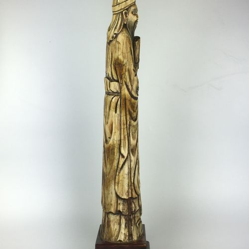 CHINA Important carved tusk of a wise man. Wooden base. First half of the 20th c…