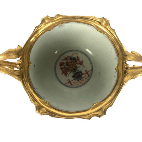 JAPAN Earthenware cup with Imari decoration on a gilt bronze and chiselled frame…