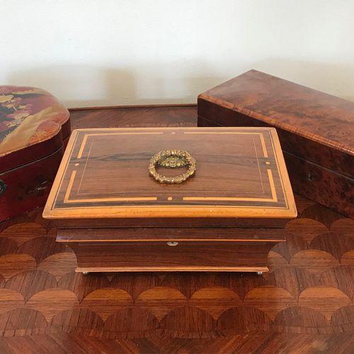 Lot de trois COFFRETS  Comprenant:    Coffert à bijoux Charles X en palyssandre …