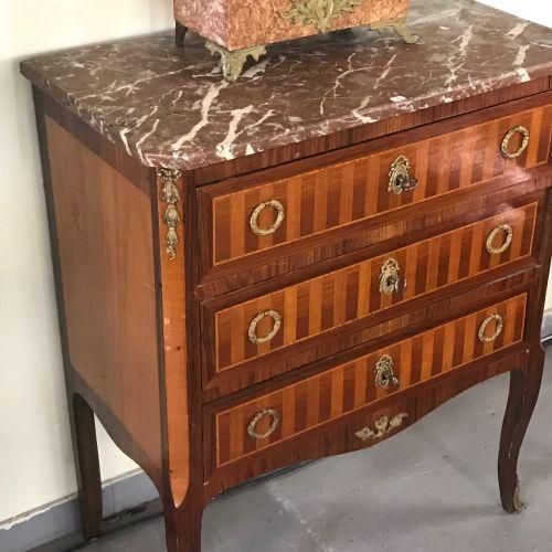 Petite COMMODE de style Transition  en bois de placage et bronze doré ouvrant pa…