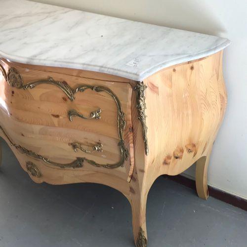 COMMODE  galbée de style Louis XV  en pin vernis, dessus de marbre blanc et orne…