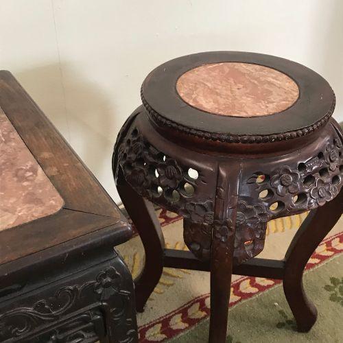 Lot de deux SELLETTES chinoises  en bois sculpté ajouré et plateau de marbre  TB…
