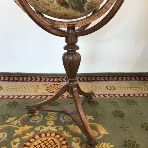 GLOBE DE PARQUET  tripode en bois sculpté.  H. 120 Diam. 78 cm  TBE  Début du XX…