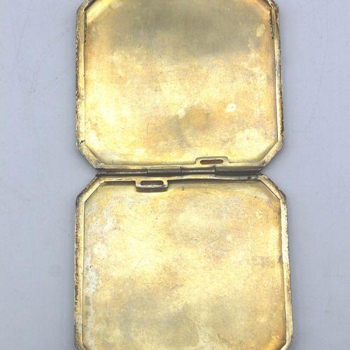 ETUI A CIGARETTES BENZ 奔驰汽车散热器形状的香烟盒,约1915年。镀银的金属和珐琅的散热器徽章。显示蜂巢的Guillochage。通过对散…