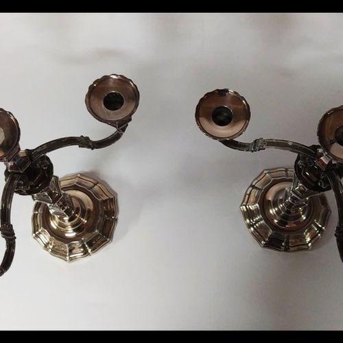 PAIRE DE CANDELABRES en métal argenté à trois bras de lumières mouvementés et un…
