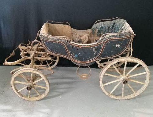 马车收藏  由山羊等小动物拉动的儿童马车  坐着的前端,有侧门的木箱,两个面对面的座位,带夹子的弹簧  19世纪  如是  将要预见的修复工作  高70、长14…