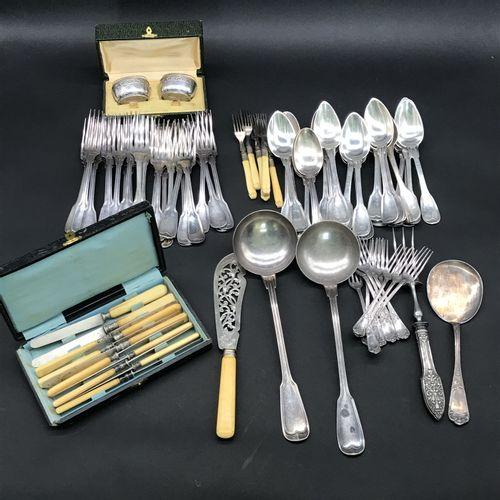 Lot de METAL ARGENTE  comprenant : nombreuses cuillères à soupe et fourchettes d…