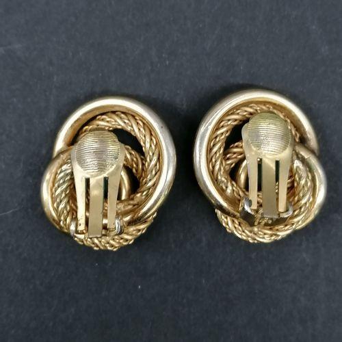 CHRISTIAN DIOR  Paire de clips d'oreilles  En métal doré à décor de mailles  Sig…