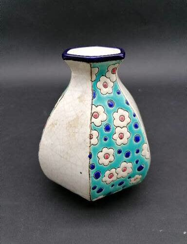 LONGWY  Petit vase en faience émaillé  A fond bleu à décor de fleur et blanc cra…