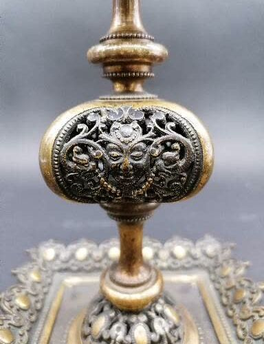 PAIRE DE BOUGEOIRS en bronze doré et patiné  Fût balustre et ajouré  A décor de …