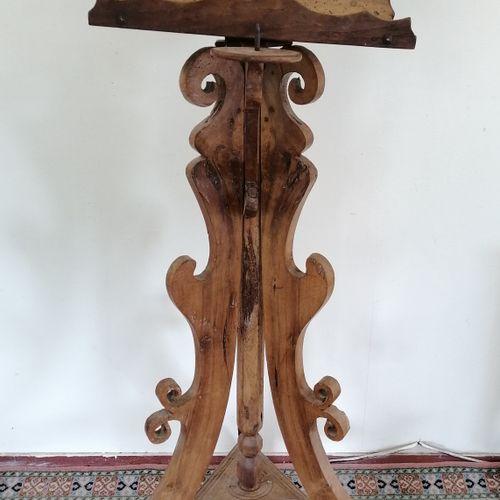 LUTRIN  En bois sculpté tripode  Support pivotant pouvant être éclairé par un pi…