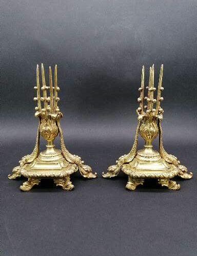 Curieuse paire de BOUGEOIRS  En bronze doré et ciselé à décor de deux dauphins s…