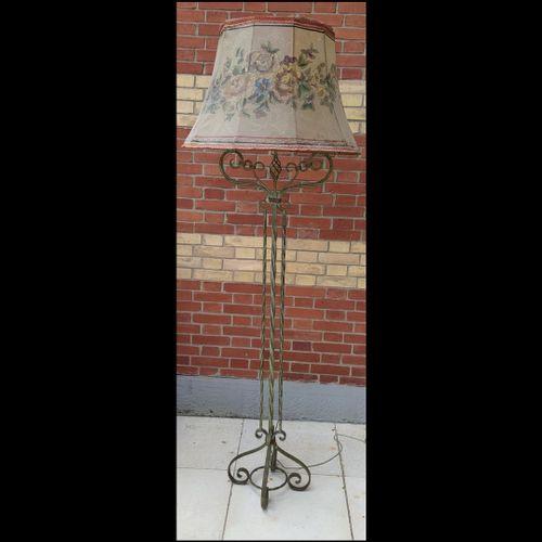 LAMPADAIRE  En fer forgé torsadé à deux bras de lumières.  Vers 1940  Hauteur to…