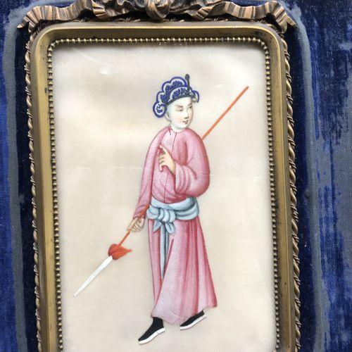 CHINE  Peinture sur soie représentant un personnage à la lance  Cadre en laiton …