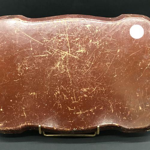 PETIT PLATEAU  en carton bouilli  à décor peint sur chromo de scène de chasse.  …