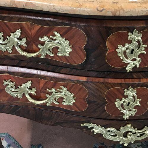 COMMODE SAUTEUSE  en bois de placage et ornements de bronze doré ouvrant par deu…