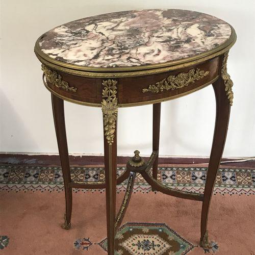 TABLE DE SALON  de style Louis XV en bois de placage et bronze doré, dessus de m…