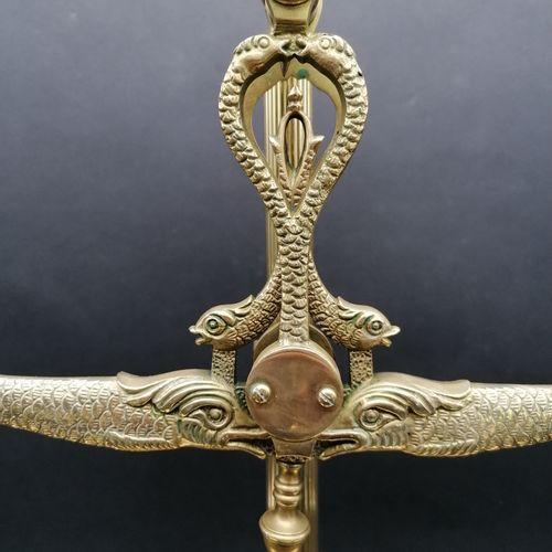 BALANCE DE PHARMACIEN  En bronze doré et ciselé et laiton doré  A décor de dauph…