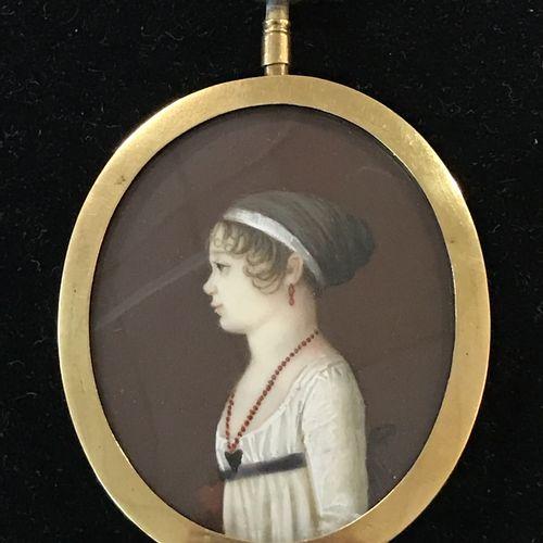 PORTRAIT MINIATURE  en médaillon d'une jeune femme de profil portant un collier …