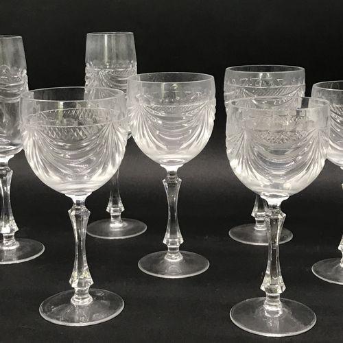 CRISTALLERIE DE LORRAINE  Service de verres en cristal taillé à décor de drapés …