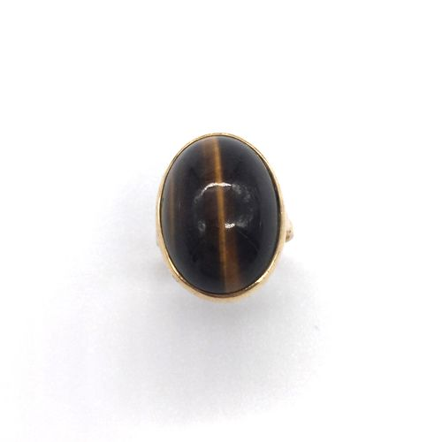 RING with a tiger's eye cabochon. 18K yellow gold setting presenting a basket of…