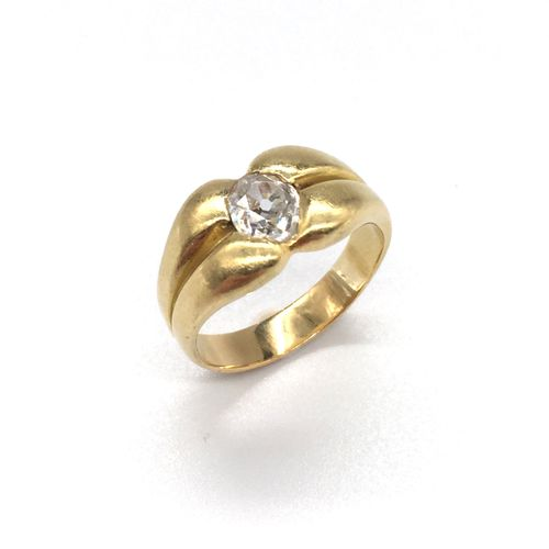 RING in 18K yellow gold holding an old cut diamond. Setting forming two gadroons…