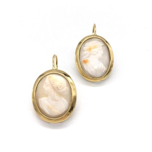 Pair of EARRINGS holding cameos depicting women in profile on agate. Set in 18K …