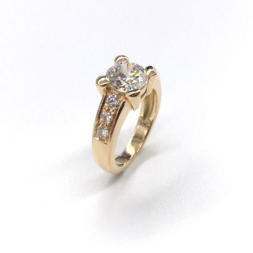 RING in 18K yellow gold holding a 1.65 carat brilliant cut diamond mounted on fo…
