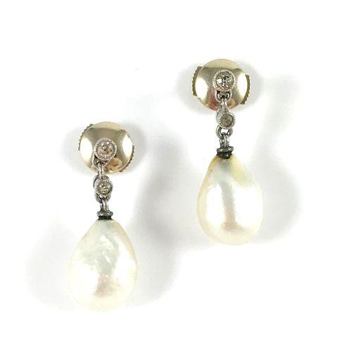 PAIRE DE BOUCLES D'OREILLES en or gris, présentant une perle blanche en forme de…