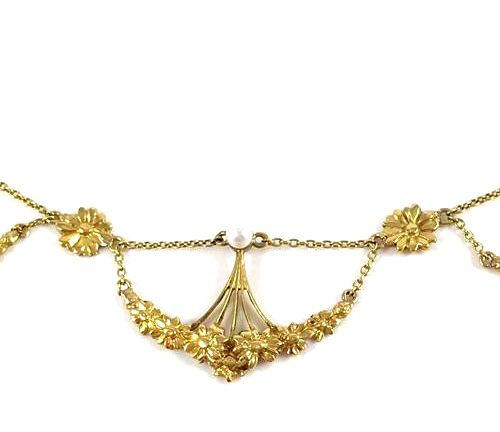 NECKLACE with a succession of three plant motifs with daisies punctuated with wh…