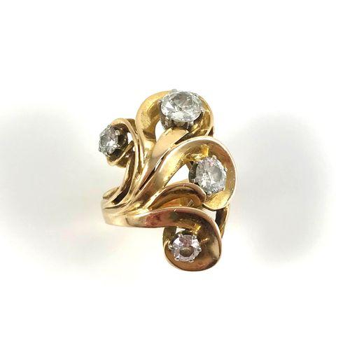 IMPORTANTE BAGUE ornée de volutes retenant quatre diamants taille ancienne (le p…
