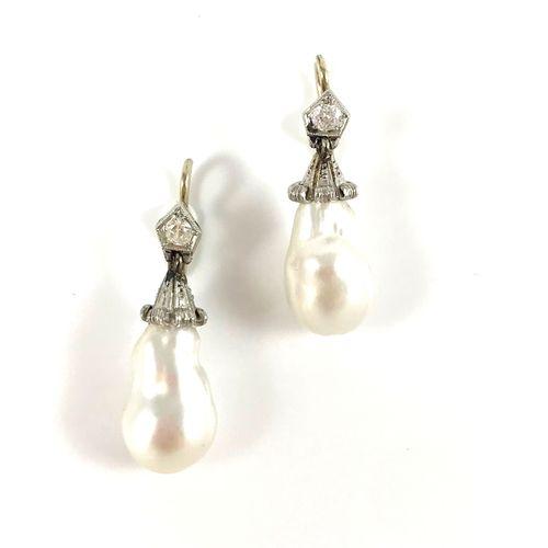 PAIRE DE BOUCLES D'OREILLES présentant une perle blanche (non testée) retenue pa…