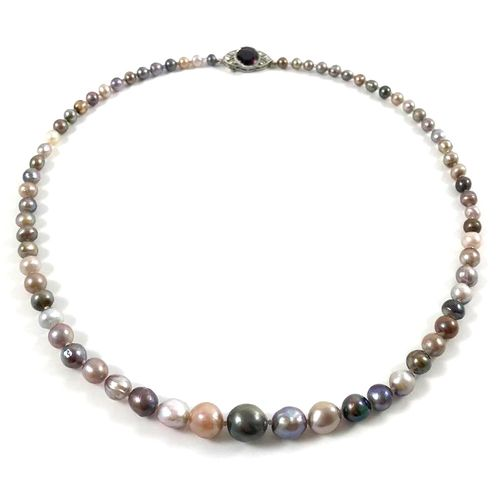 NECKLACE OF FINE PEARLS decorated with sixty eight multicolored fine pearls. Cla…