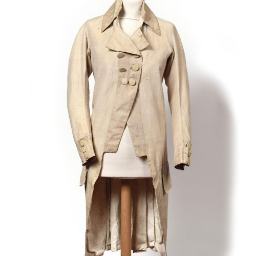 LONG MANTEAU en tissu beige à long col à deux pointes, deux grandes poches droit…