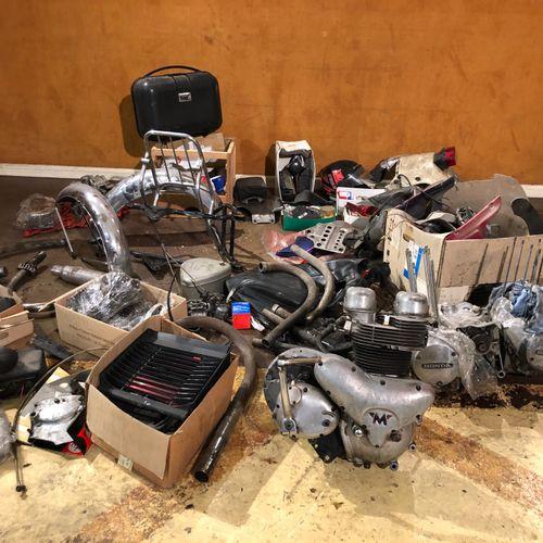 Lot de pièces Large lot of various parts for motorcycles, including two Honda en…